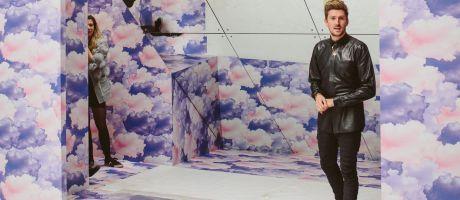 Breedformaat toepassingen: Modellen Henry Holland lopen over geprinte catwalk tijdens London Fashion Week