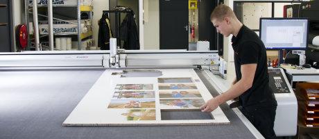Sign- en Printbedrijf M2 Printing installeert digitaal flatbed snijsysteem Océ ProCut 3200 XXXL van Canon